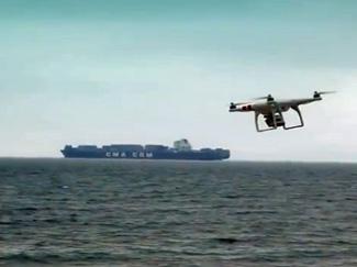 Unterwegs zu Luftaufnahmen mit unserer Luftdrohne / Kameradrohne über offenem Meer